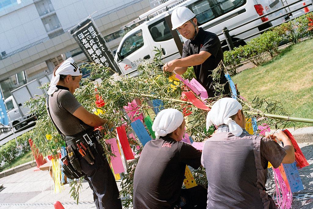"""水戶市(みとし) Mito-shi 2015/08/06 從取手抵達水戶,在街道沿途都可以看到工人在為七夕祭典裝飾。後來發現水戶市是水戶德川家的發源地,最有名的就是水戶黃門,然後一路上也都可以看到德川家的家徽。  我在這裡買了有風鈴和扇子的明信片,那時候郵便局還沒開,我還在門口等了一下。九點開門後,將明信片寄出,就一路北上到磐城與竜田駅(福島)。  Nikon FM2 / 50mm Kodak ColorPlus ISO200  <a href=""""http://blog.toomore.net/2015/08/blog-post.html"""" rel=""""noreferrer nofollow"""">blog.toomore.net/2015/08/blog-post.html</a> Photo by Toomore"""