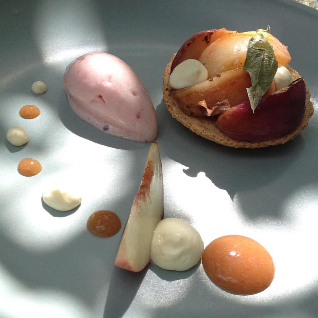 Десерт - макарон с вербеной и запеченым персиком и персиковое сорбе