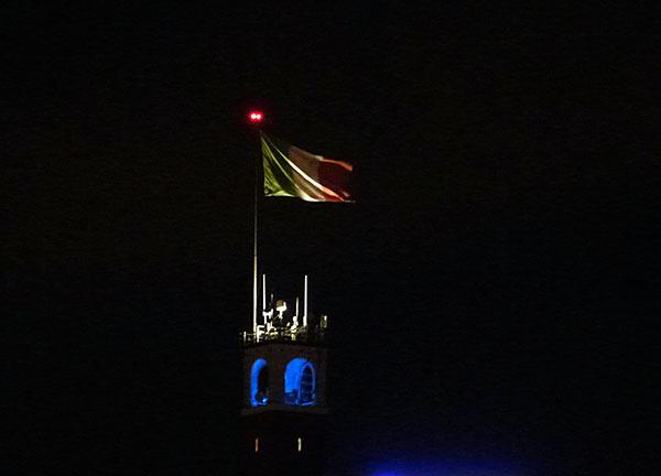 drapeau la nuit