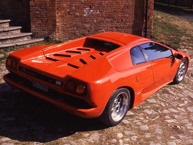 Красный Lamborghini Diablo VT. 1993 – 1998 годы