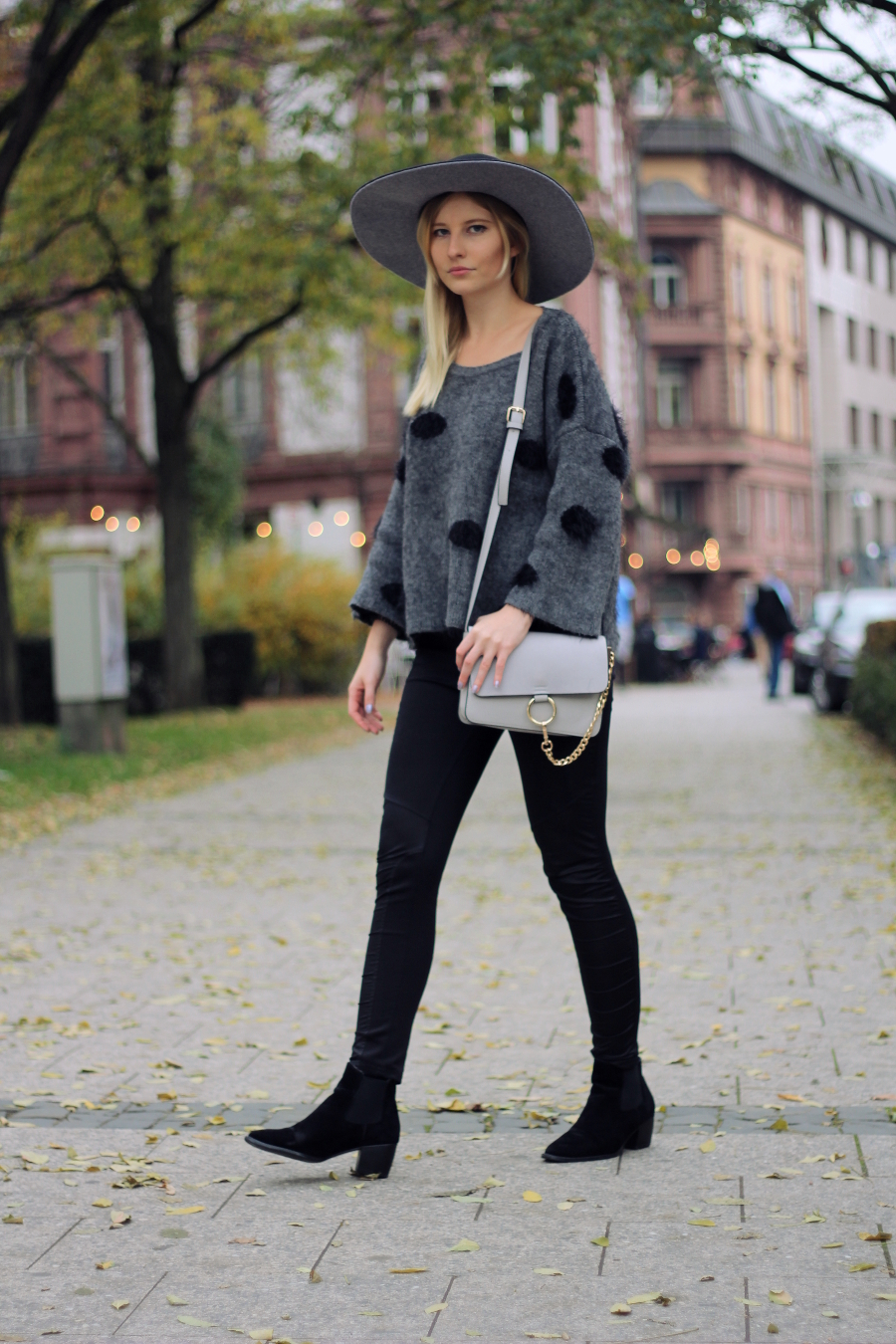 outfit blogger deutschland girl blonde bag grey black street boots dots pullover
