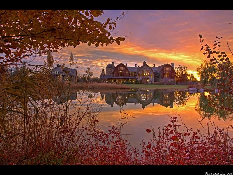 Красивый дом у озера