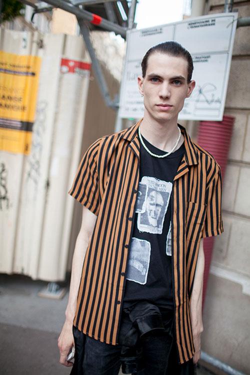 半袖ストライプシャツ×Tシャツ