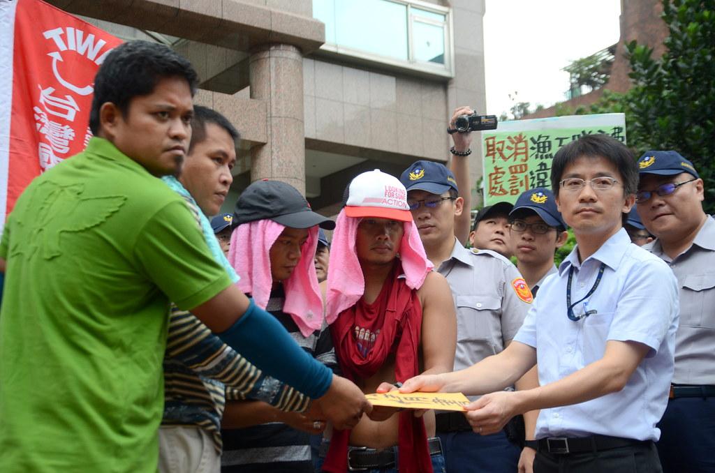 勞動部官員出面接受漁工陳情書。(攝影:宋小海)