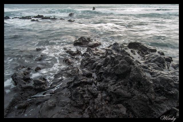 Ola llegando a las rocas. Foto de 0,25 segundos