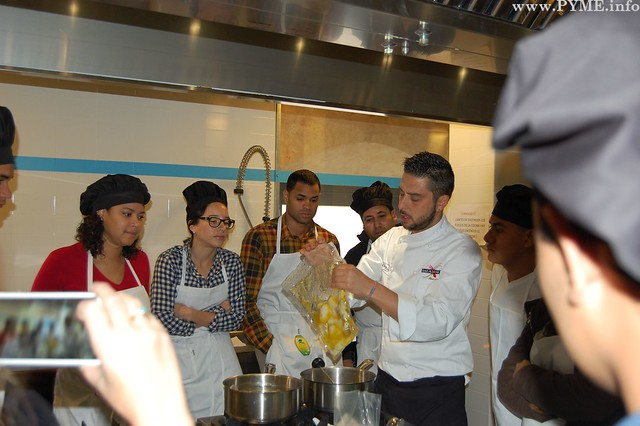 David Martín Berrocal explica a los asistentes a la jornada la cocina al vacío