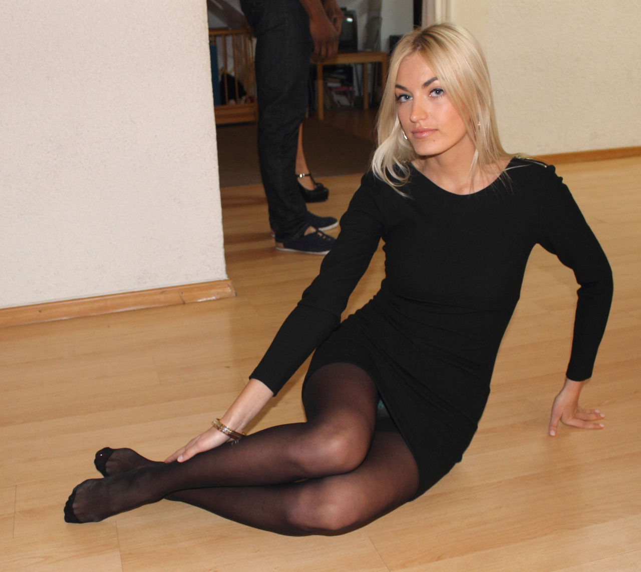 Blonde, barefoot and with black dress (III)