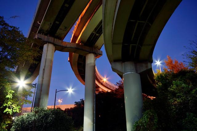 東京外環自動車道と首都高速川口線が交差する川口ジャンクション。頭上に3本の高架が走っている