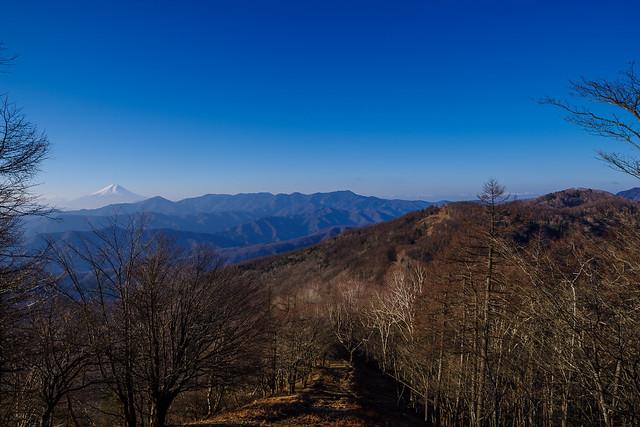高丸山の下りは何とも良い景色・・・千本ツツジと七ツ石山のピークが連なる縦走路