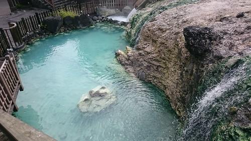 温泉ぽい岩の変色
