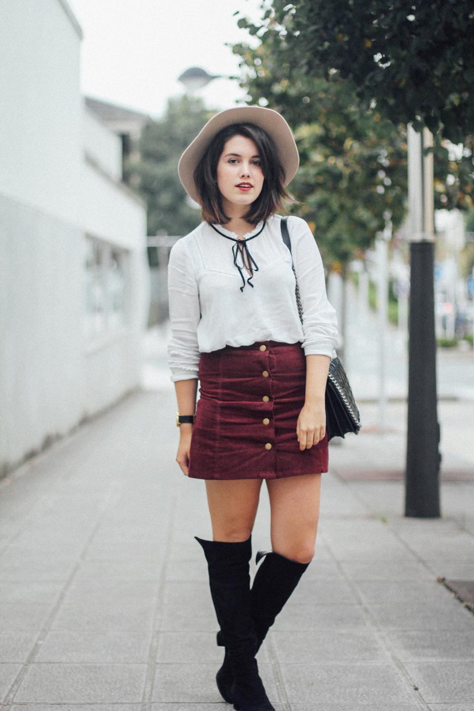 botas negras altas con falda con botones de pana roja myblueberrynightsblog