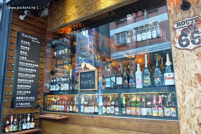 22642203084 9a53862c19 z - 【熱血採訪】薩克森比利時小酒館。餐廳有120吋的電視牆可以觀看球賽,滿滿的動漫公仔好像走進電影裡,義大利麵和燉飯都是正統義式作法