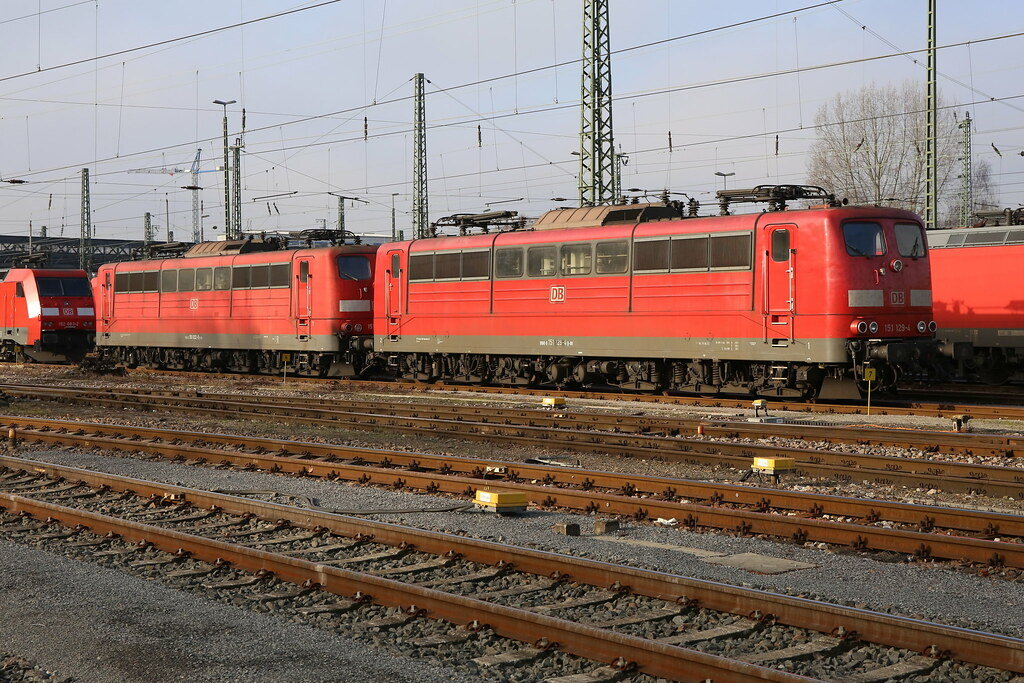 DB Cargo 151 129-4 und 151 032-0 Karlsruhe Gbf