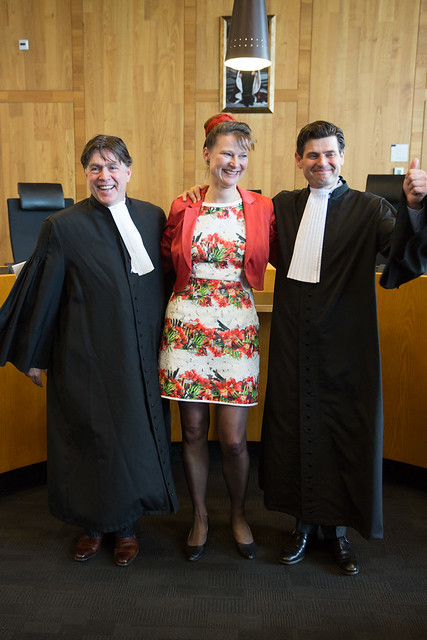Minnesma與堅強的控方律師團。右邊豎起大拇指者是 Roger  Cox。(圖片來源:Urgenda / Chantal Bekker)