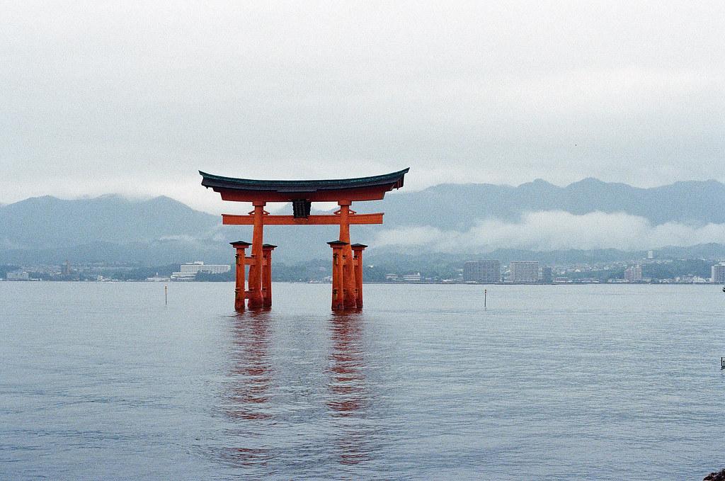 厳島神社 嚴島(Itsuku-shima)広島 Hiroshima 2015/08/31 從神社往大鳥居的方向拍,開始慢慢的退潮。  Nikon FM2 / 50mm Kodak UltraMax ISO400 Photo by Toomore