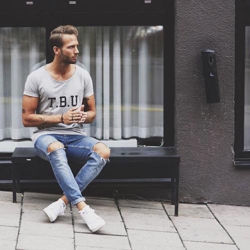 グレーTシャツ×ダメージジーンズ×白スニーカー
