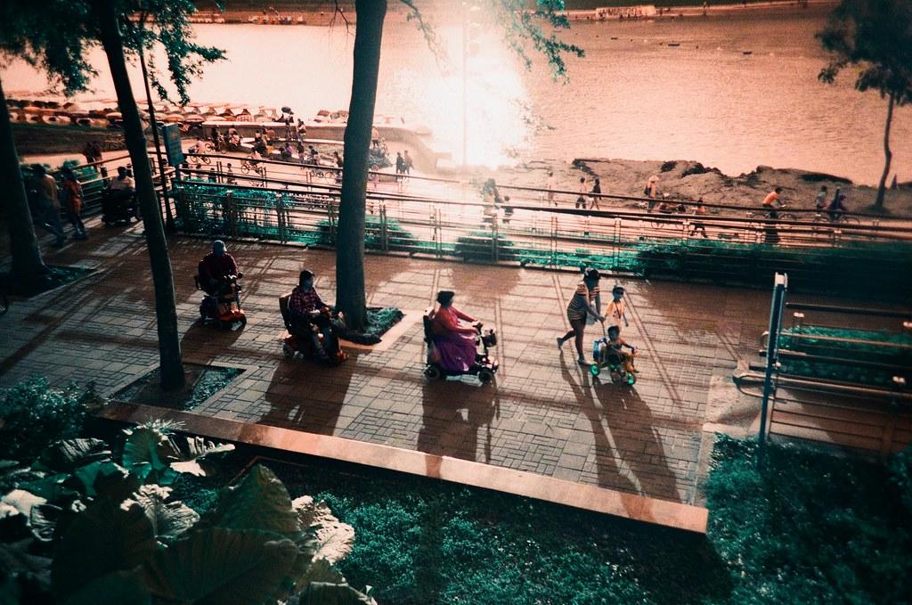 第一卷 Turquoise 作品 [#2] 新店 / Lomo LC-A+ 2015/10/17 第一卷 Turquoise 作品。我記得那天想去新店的市集,可是我到新店之後找不到在哪裡,太陽也快下山了,我就用在日本旅行時隨意逛的模式到處走走拍拍。  Lomo LC-A+ Lomography LomoChrome Turquoise XR 100-400 1567-0032 Photo by Toomore