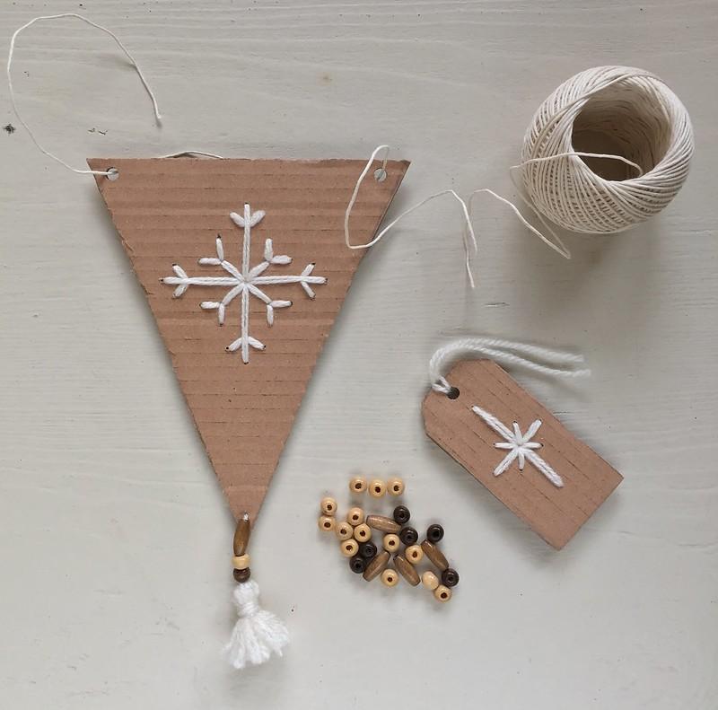 tutorial-decorazione-fai-da-te-Natale-ghirlanda-festone-bandierine-tags-ricamo-fiocco-di neve-nappine-perline-legno