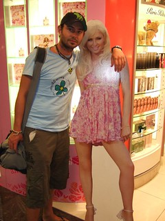 Smith with Paris Hilton at Singapore Airport