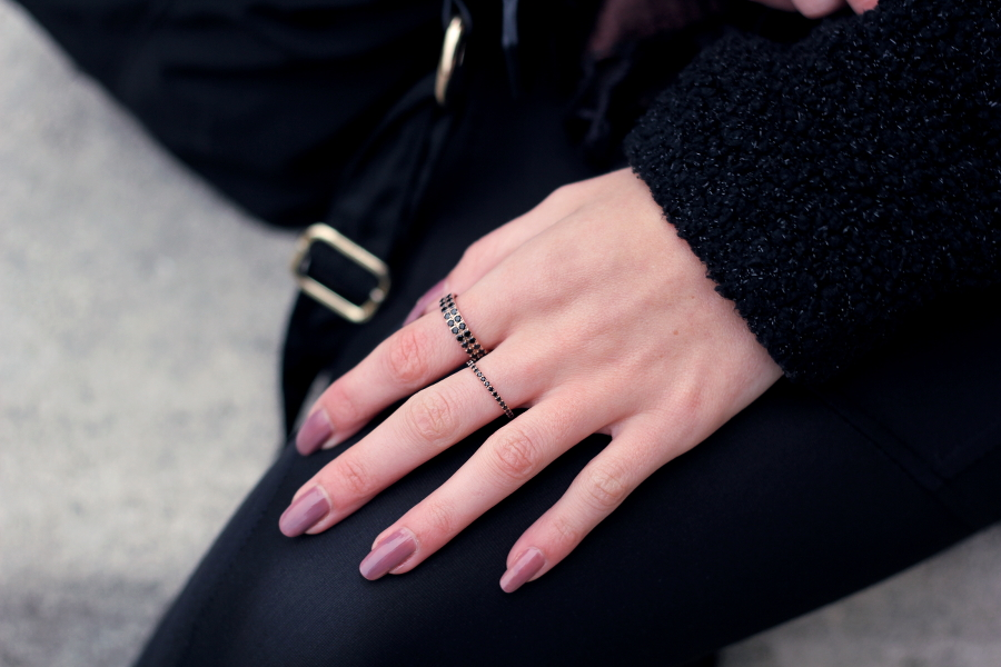 outfit detail hand rings kranz rose gold black diamonds nails long polish nude