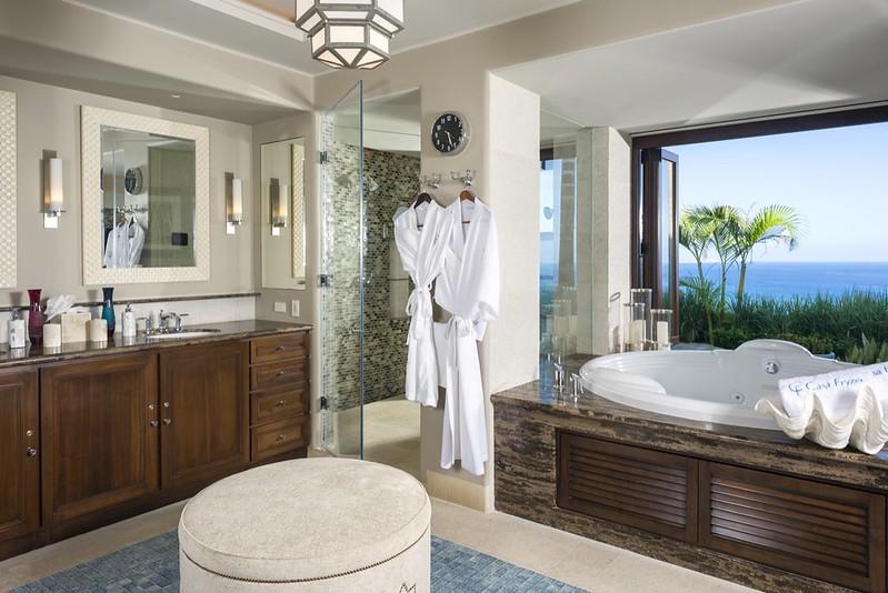 Элитная ванная комната с видом на океан