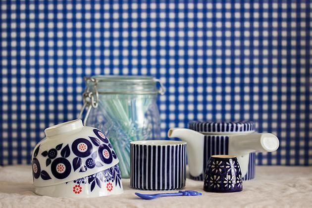ブルーの食器横カット