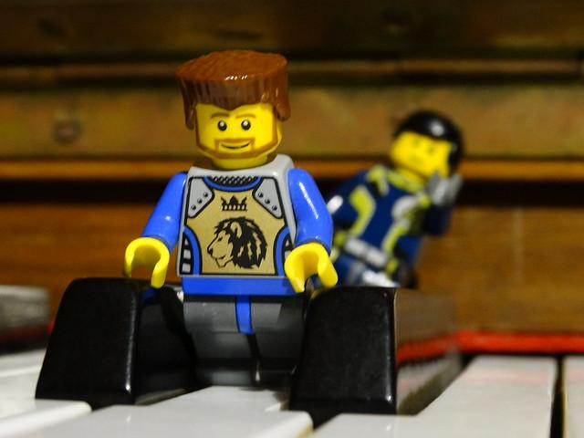 LEGO figurák a zongorán 1