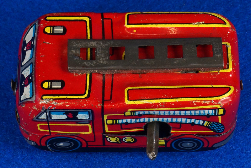 RD10081 Vintage Wind Up Tin Miniture Fire Truck Made in Japan DSC08360