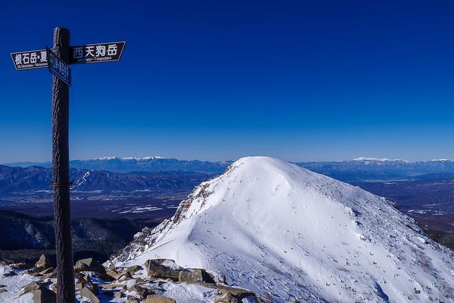 東天狗岳登頂・・・次に目指す西天狗岳を展望する