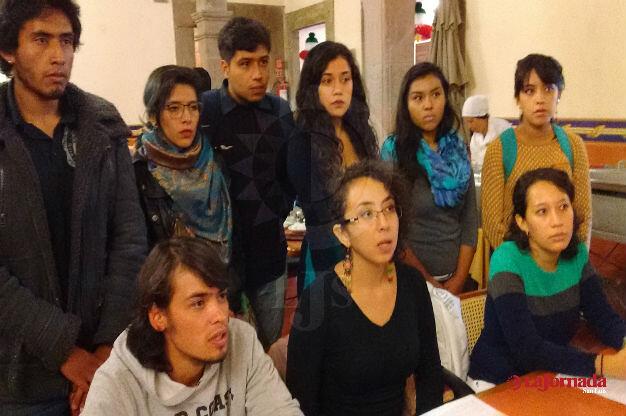 Universitarios entregan escrito a Congreso del Estado por cuotas universitarias