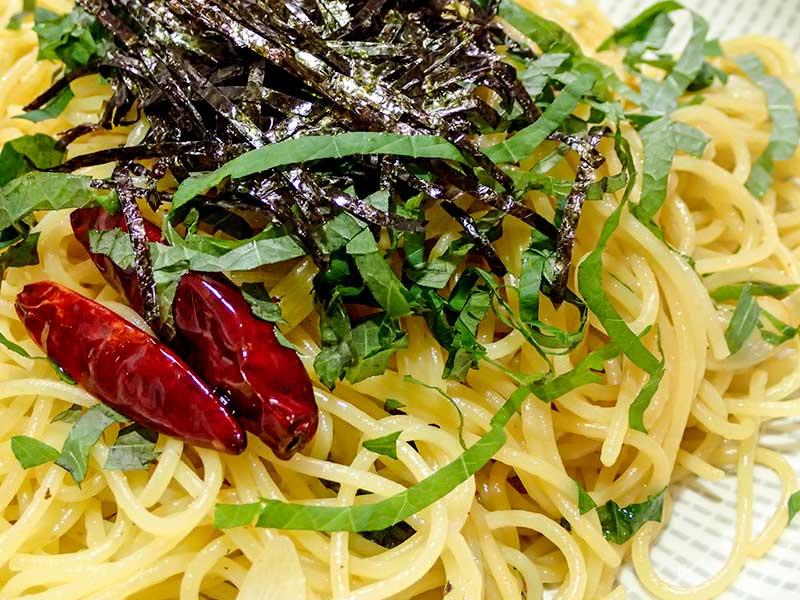 シソの葉とニンニクのスパゲッティ