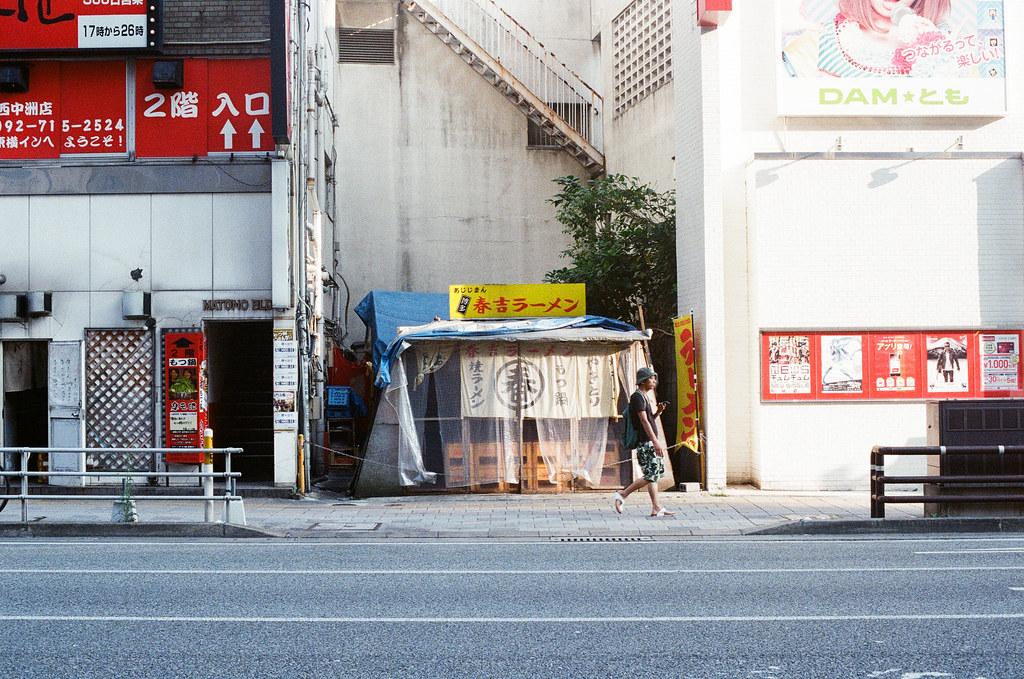 "天神南 福岡 Fukuoka 2015/09/04 在建築物中間的小店,因為他不算攤販。而我去年有拍過! <a href=""https://www.flickr.com/photos/toomore/15438330055/in/album-72157648307198756/"">www.flickr.com/photos/toomore/15438330055/in/album-721576...</a>  Nikon FM2 / 50mm Kodak UltraMax ISO400 Photo by Toomore"