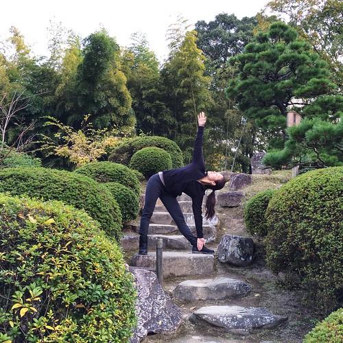 Trikonasana in the Shukkuien gardens