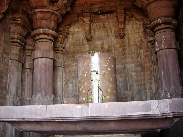 चित्र 1, भोजपुर स्थित भगवान शंकर का परमारकालीन मन्दिर और शिवलिंग