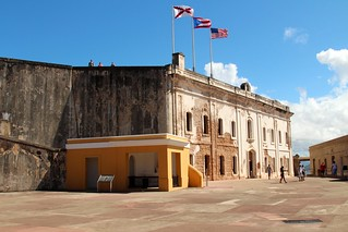 Bild av Castillo San Cristóbal nära San Juan. old blue sky castle town san juan fort outdoor district flag sunny landmark historic pr caribbean cristobal castillo sju benteng konomark