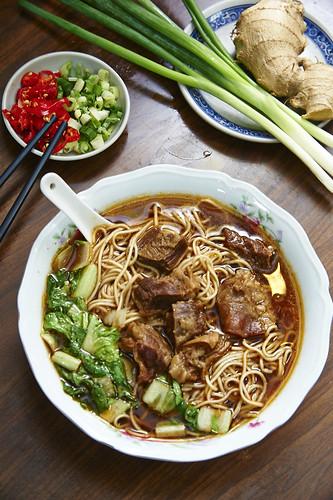 不論藍綠,只問牛肉-全台灣最好吃的高雄小王牛肉麵,連王永慶、郝龍斌、陳菊都說讚!_牛腩麵