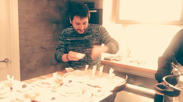 Antonio preparando conos de pan crujiente con parmesano