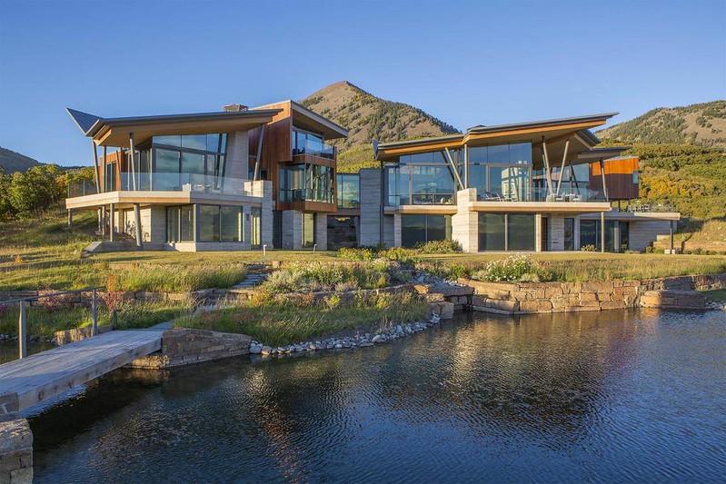 Дом у озера в горах Колорадо