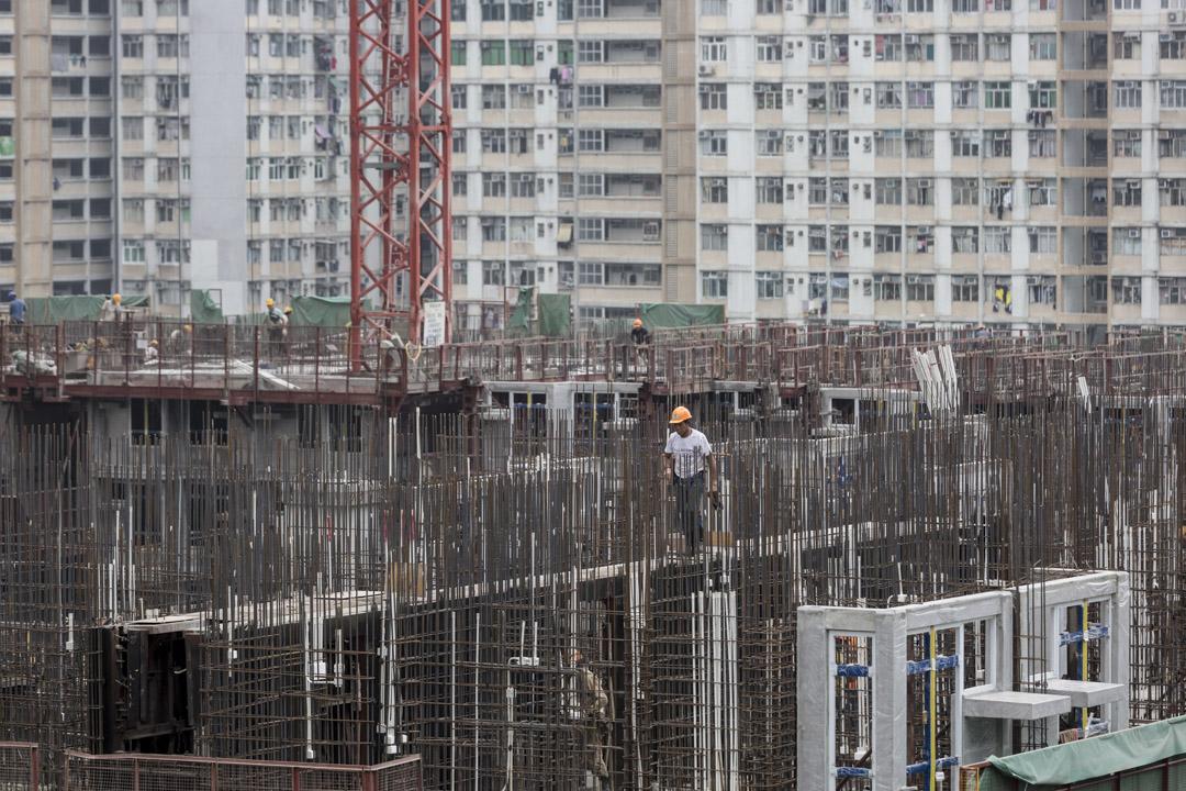 林鄭月娥的房屋政綱以置業為大方向,為了增建「綠置居」,會減少新的公屋供應。圖為興建中的公屋。