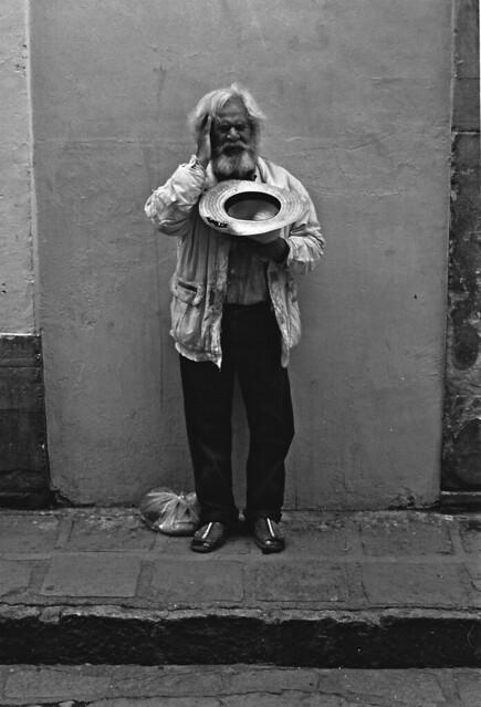 Hombre cantando en la calle; Guanajuato, Mexico (2000)