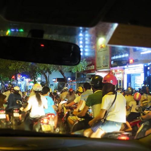 空港出たら、いきなりバイクの洪水でびびった。さすが、ベトナム。ここを運転するのはムリだー。歩いて道を横断するのもタイヘン。