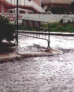 Casamassima-Pioggia e pericoli in via Turi-Il marciapiedi si è trasformato in una cascata