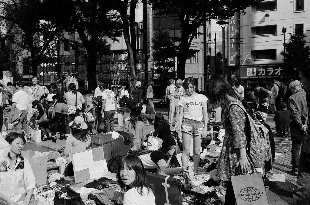 池袋西口公園 東京 Tokyo 2015/10/04 小小的市集,拍攝的過程有一些攤販很敏感,感覺不能拍。現在有一點點忘記那時候逛市集的心情,但應該也是抱著找禮物的心態來逛的吧!  其實我在拍 POLO 那女孩!  Nikon FM2 Nikon AI AF Nikkor 35mm F/2D Kodak TRI-X 400 / 400TX 1274-0014 Photo by Toomore