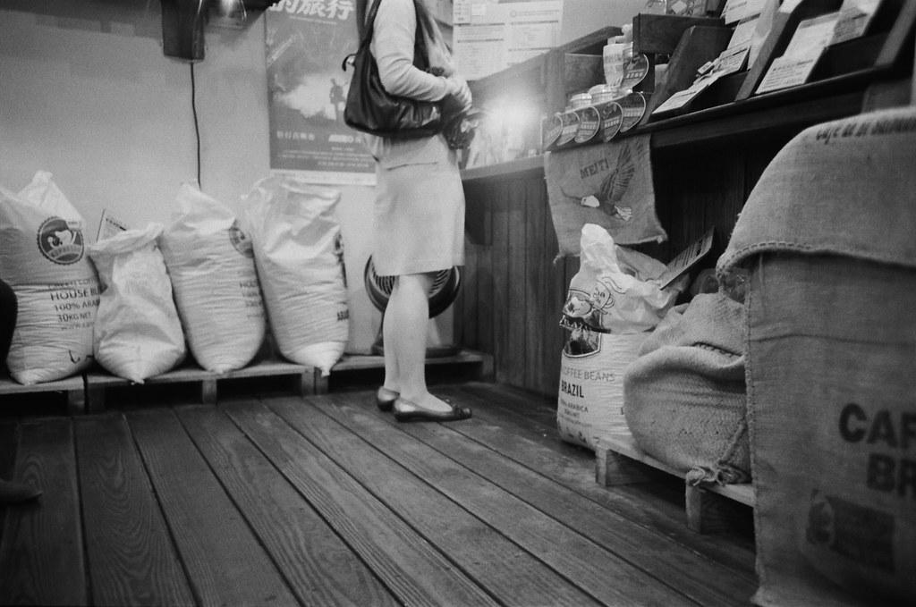 Cama 買咖啡 / Lomo LC-A+ 2015/11/02 - 2015/11/04 第一卷 Lomo LC-A+ 拍的黑白底片。不像一般相機可以縮一點光圈,所以畫面都有點軟軟的,但這就是 Lomo 的特色啦,暗角!  大概花了兩天的時間在上下班通勤的時候隨意拍,挑幾張還不錯的畫面!  Lomo LC-A+ Kodak TRI-X 400 / 400TX 2939-0005 Photo by Toomore