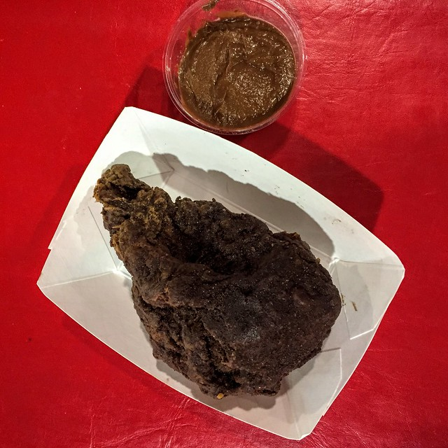 Parmi les plats les plus étranges du monde, il y a le poulet frit au cacao !