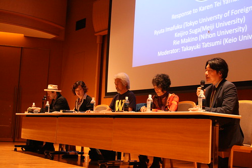 After the lecture - akayuki Tatsumi introduces prestigious Japanese commentators, Ryuta Imafuku (Tokyo U of Foreign Studies), Rie Makino (Nihon), Keijiro Suga (Meiji), with Karen Tei Yamashita (from left to right).