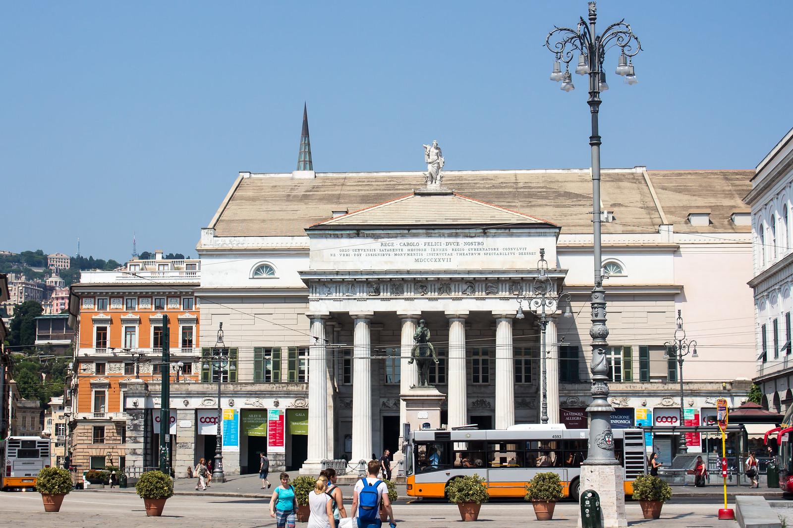 Генуя - С той же Piazza De Ferrari виден оперный театр Carlo Felice Opera Theatre.