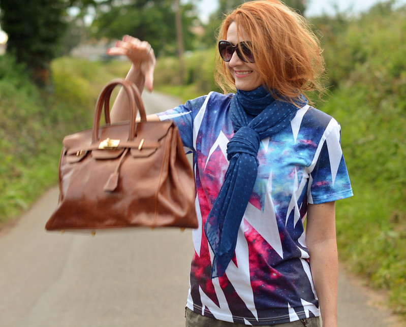 Autumnal casual style | Graphic tee, tied chiffon scarf