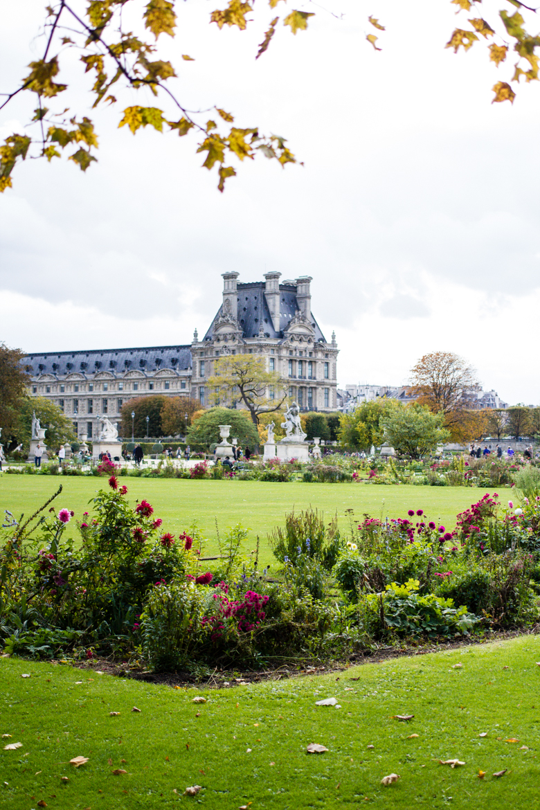 jardin des tuileries, louvre in background