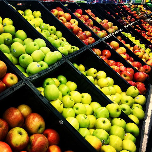 My favorite part of fall is apple season! I love apples so much! I prefer red apples: honey crisp, jazz and some other variations. Which do you prefer: red or green #apples? #healthyeating #fruits #fitfam #weightlossjourney #webeatfat #weightloss #fitflue